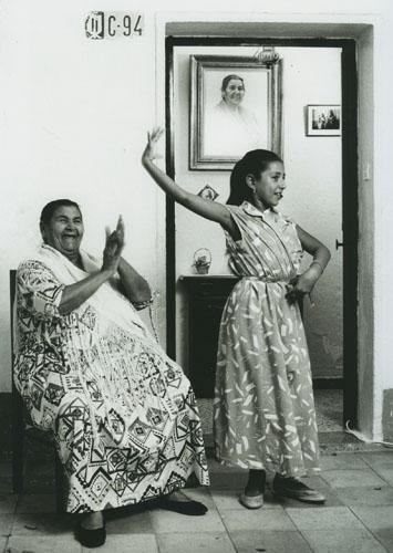 Tia Juana la del Pipa y su nieta Manuela. Sevilla, 1983