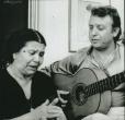 La Perrata con su hijo El Lebrijano en su casa. Lebrija, 1983